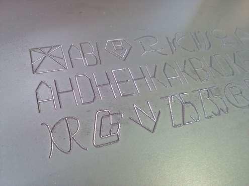 スチール面への特殊字体刻印